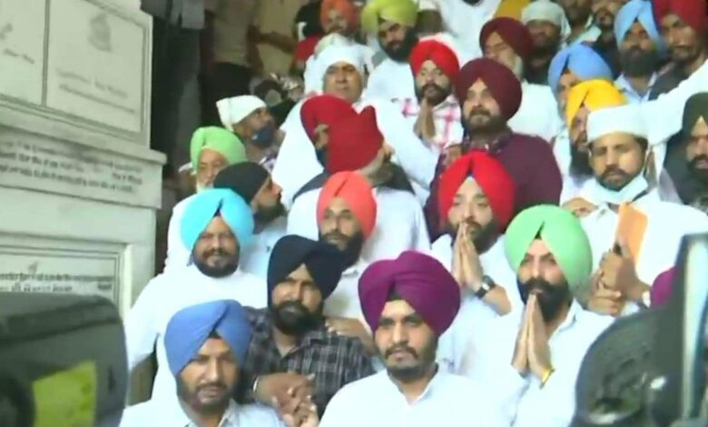 Newly appointed Punjab Congress chief Navjot Singh Sidhu visits Golden Temple in Amritsar with 62 MLAs.