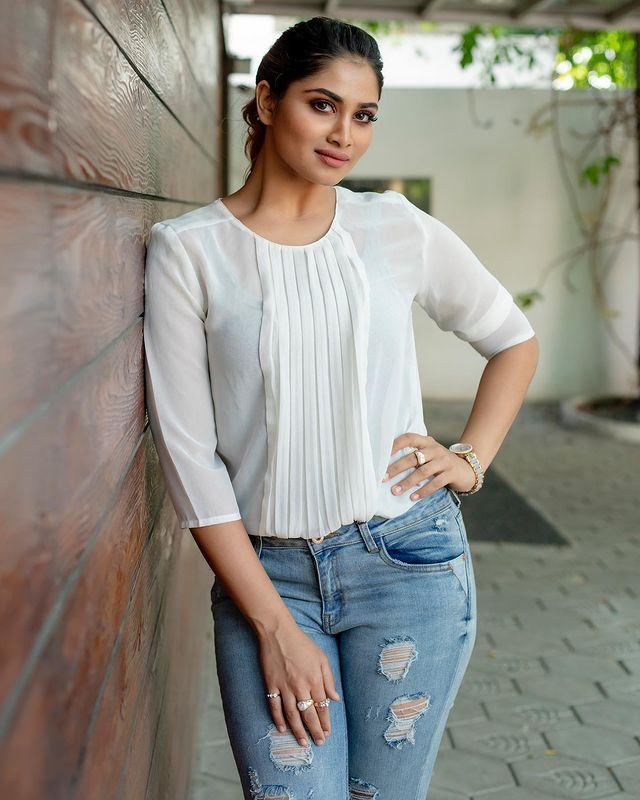 Shivani Narayanan Images 12
